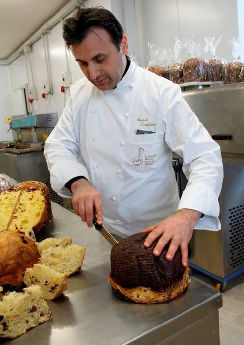 Pasquale Marigliano mentre taglia il panettone al cioccolato