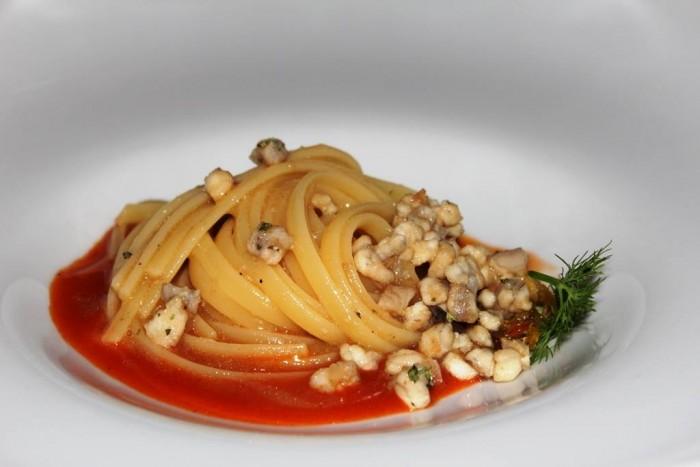 Rossellinis, trenette con anguilla affumicata, salsa di bruschette al pomodoro