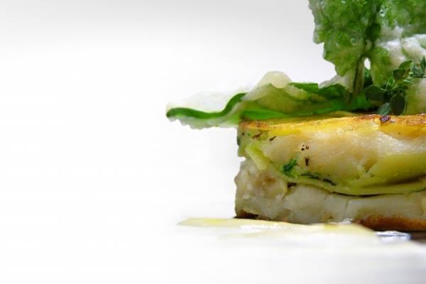 Tortino di baccalà e patate con foglie di spinaci in tempura e salsa di ceci all'olio