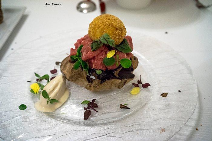 Wood, battuta di fassona piemontese affumicata al faggio e pino, uovo impanato, airbag di pane e gelato al foie gras