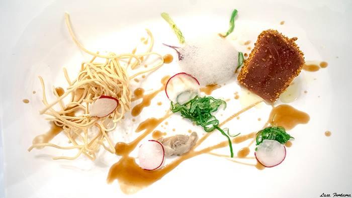 Wood,  tataki di tonno rosso impanato al chorizo, wakame, emulsione al lychee, noodles fritti e salsa d'ostrica