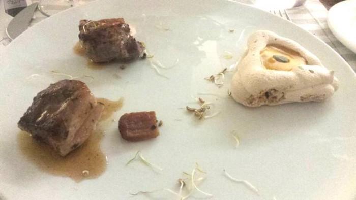 cubi di maialino nero casertano arrosto con cestino di meringa all'aceto balsamico e crema di zucca
