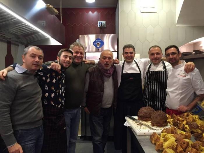 da sinistra Enzo D'Alessandro, Ciro Oliva, Peppe Guida, Raffaele Vitale, Michele De Blasio e Alfonso Crescenzo. Con loro un pizzaiolo di Concettina ai tre Santi