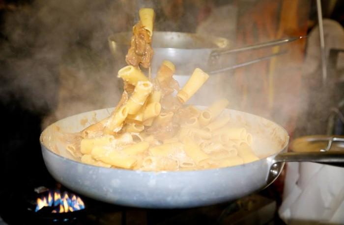 la Festa in Condotta di Slow Food dell'Agro Nocerino Sarnese, la genovese in preparazione