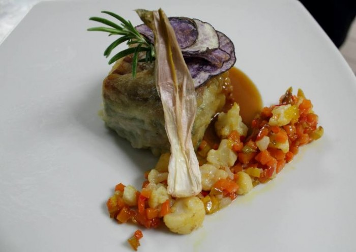 25 anni seml,  rettangolo di maialino nero cotto a bassa temperatura alternato con verdure e patate in tempura di birra su salsa agrodolce
