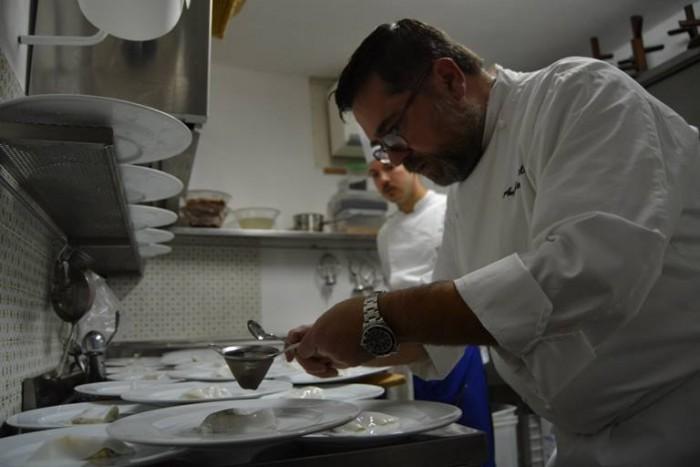 """Angelo Sabatelli durante la preparazione di """"Seppia, Allievo, Mandorla e Limone"""""""