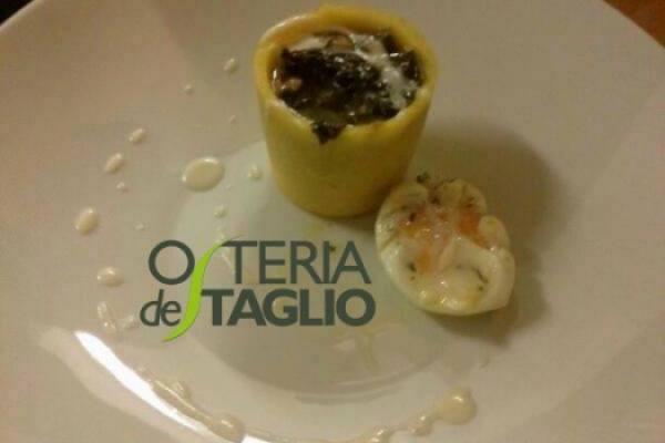 Bicchiere di polenta con cicoria e uovo, uovo poche al tartufo e salsa di parmigiano