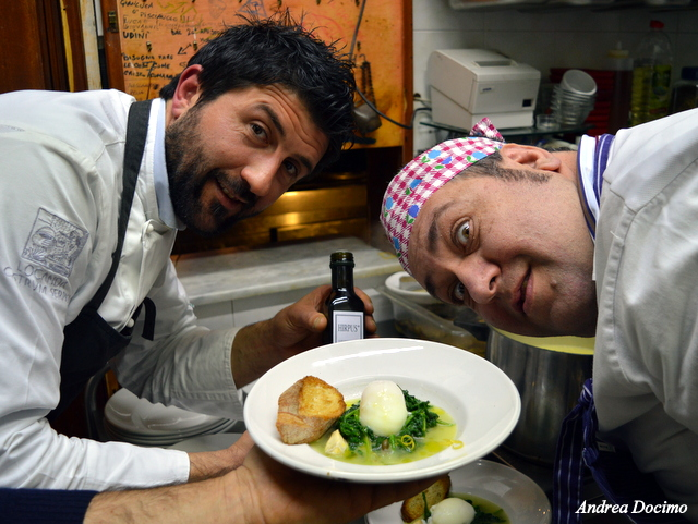 Birra&Baccalà. Tutta la simpatia di Antonio Petrillo e Giovanni Mariconda, che si fanno immortalare così con la minestra di baccalà a sciuscella.