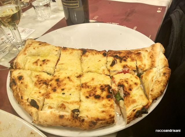 Carmnella. Pizza Monaciello con provola pomodoro pepe e cicoli
