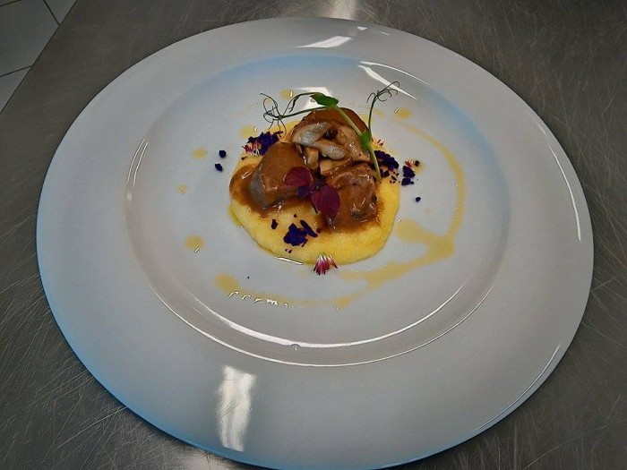Chef in Tour, stracotto di vitello all'aglianico su polenta morbida al canestrato di Moliterno, trucioli di patata viola e porcini dei Monti Lucani