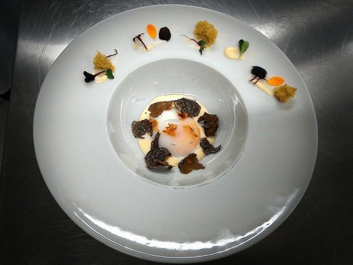 Chef in Tour, uovo bio cotto al roner su fonduta al caciocavallo podolico, spugna al tartufo e guanciale croccante