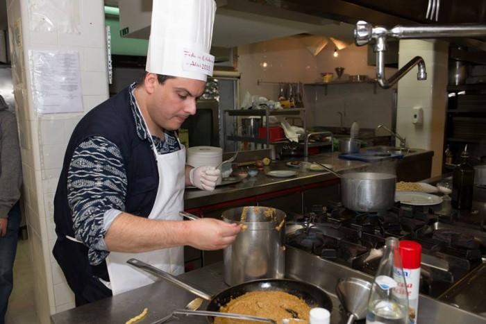 """Concorso gastronomico """"Ezio Falcone"""", Marco Contursi mentre completa la preparazione del piatto"""