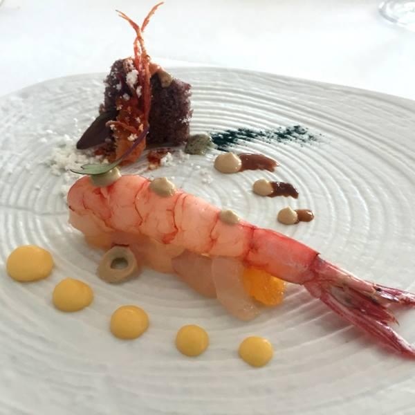 Torre del Saracino, gambero su rombo, mayonese al mandarino e testa di gambero su biscotto di riso nero, polvere di riccio ed anemoni di mare