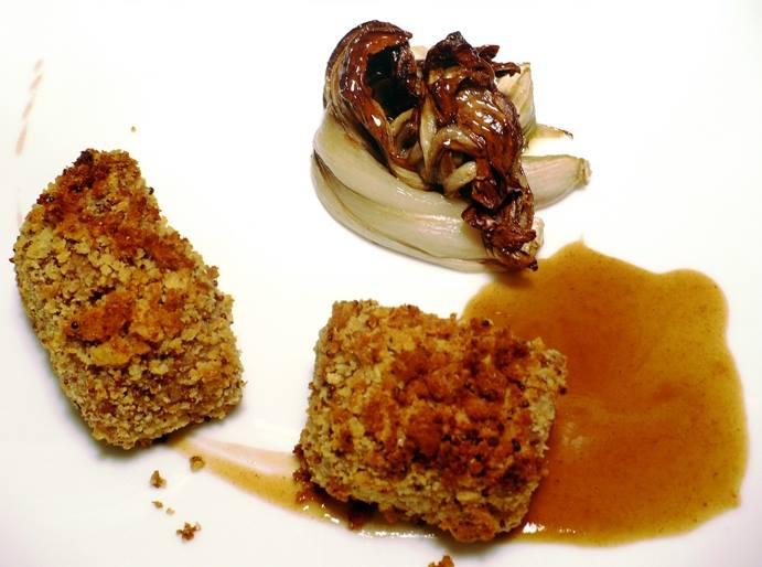 Il capocollo di maiale al cubo gratinato alla senape, con salsa alla birra nera e radicchio di Treviso