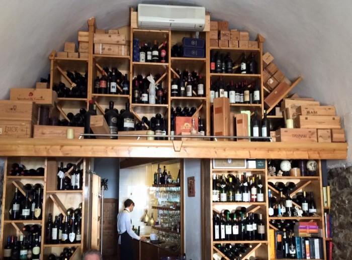 La Cantinella sul Mare, la parete con i vini a vista