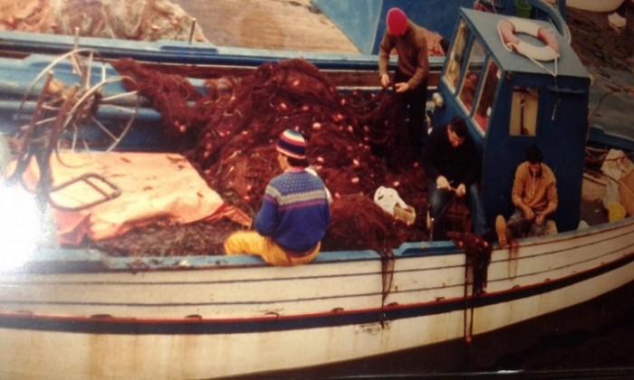 La famiglia Di Costanzo intenta a lavorare su Andromeda, gozzo puteolano di 11 metri