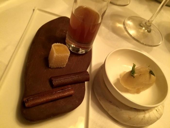 Ledoyen, pre dessert: cacao, ananas e sorbetto alla pera