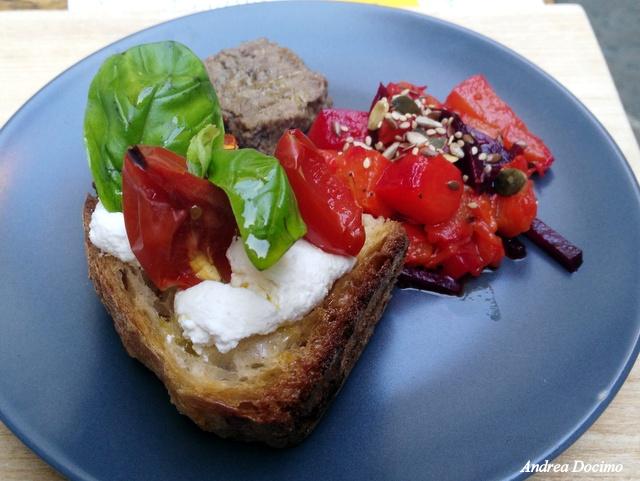 Menu 1. Patè di lenticchie e rosmarino, crostini con ricotta di bufala e pomodorino del piennolo confit, insalta di zucca e rape rosse.