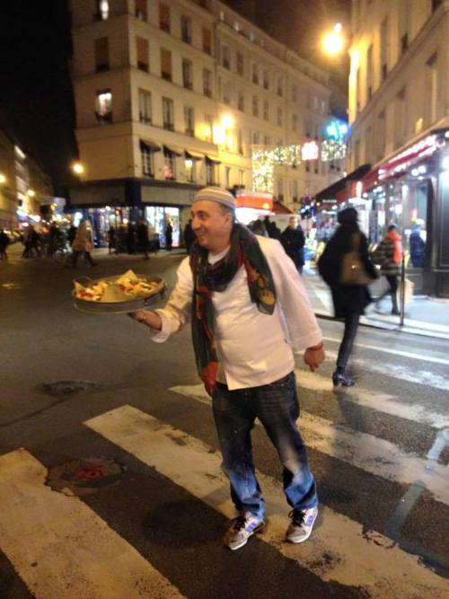 Pasquale Torrente a Parigi mentre offre per strada le montanare