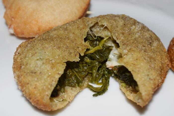 Pizzetta con impasto di farina di semi di canapa e farina doppio zero farcita con salsiccia, friarielli e provola