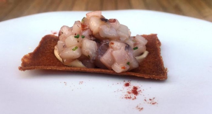 Torre del Saracino, cialda croccante di patate con totano e polvere di peperone dolce e salsa del fegato di calamaro