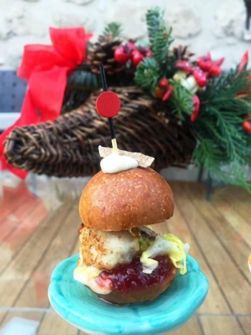 Torre del Saracino, miniburger di pollo con cipolla, lattuga ed odore di tartufo