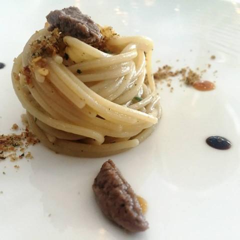 Torre del Saracino, spaghetto con la colatura di alici con pesce bandiera dorato e pesto di noci