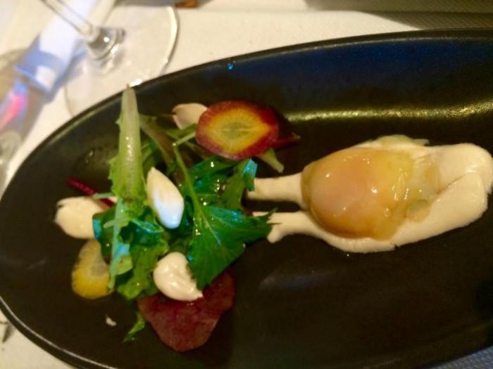 Umami, piatto di mezzo con insalatina al gin e uovo