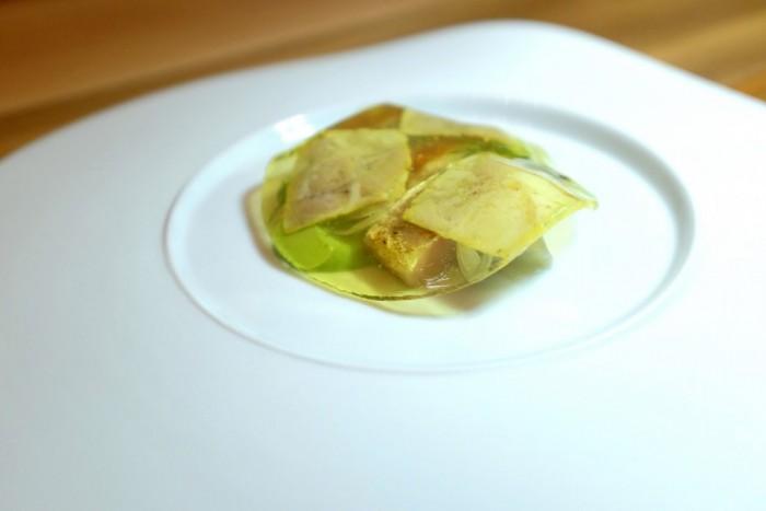 Bottura, Abruzzo: gelatina acida allo zafferano (anche qui il ricordo di un carpione, acetico) che copre della testina di Maiale, dello sgombro ed una crema di aneto, ruta e altre erbe