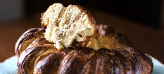 Brioche sfogliata con noci, fichi e mozzarella di bufala affumicata