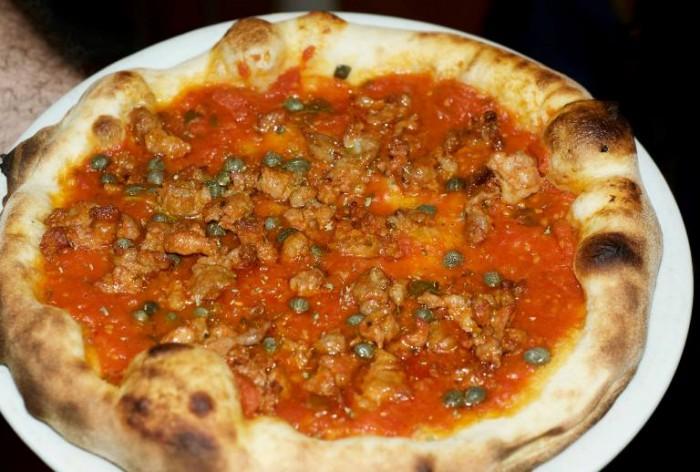 Da Lucrezia, pizza con sugo cotto, capperi, origano e salciccia calabrese DOP