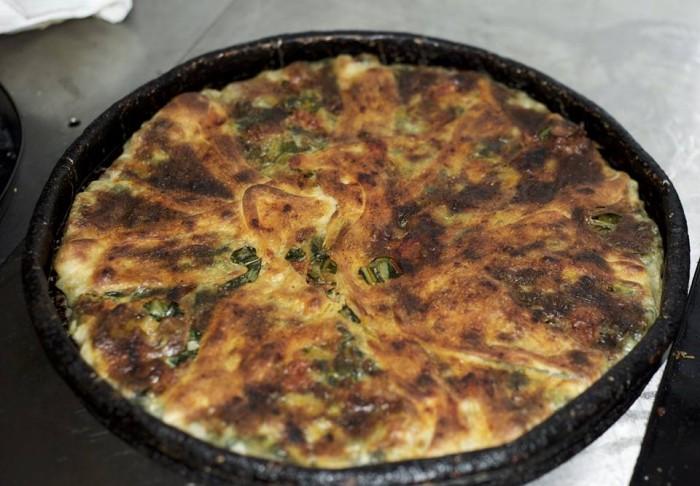 Da Lucrezia, pizza sfogliata ripiena con scarola e salsiccia