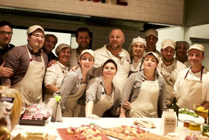 Gabriele Bonci con lo staff dell'evento