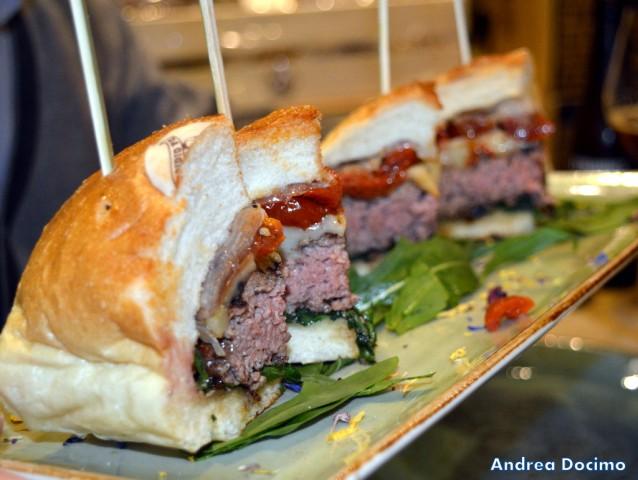 Gigione a Pomigliano. Il primo panino. Hamburger di Marchigiana, rucola, pomodorini semi-dry,pecorino ai pistacchi di Bronte e pancetta di maialino nero casertano.