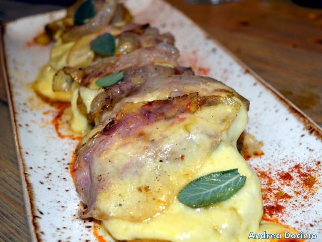 Gigione a Pomigliano. Le patate di Avezzano al forno con Cheddar Westcombe fuso e pancetta di nero casertano.