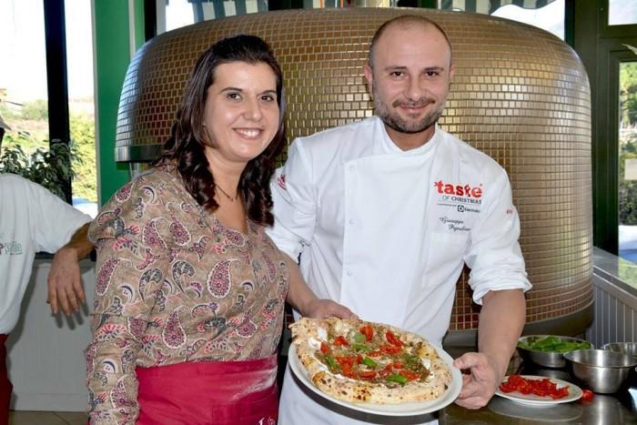 La pizza Da Vietri con Amore di Evelina Bruno, con pesto vietrese con pomodori secchi, mandorle, noci, colatura di alici, capperi e olive, ricotta di bufala e basilico