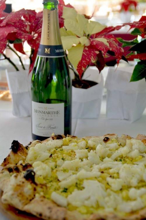La pizza di Maria Consiglia con patate, provola, cavolfiore