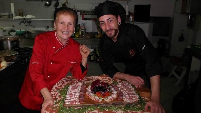 Le Macine, la cuoca Grazia Marra e l'aiuto Stefano D'Angiolillo