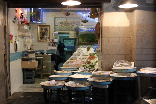 Napoli Via dei Tribunali Il pesce