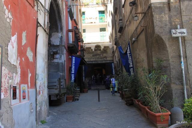 Napoli Via dei Tribunali Ingresso a Napoli sotterranea