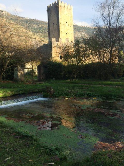 Ninfa storico giardino all'inglese perla tra le Colline Pontine