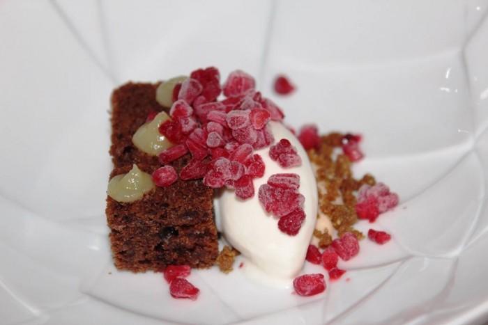 Osteria Arbustico, gelato alla genziana lampone cake al cioccolato e riduzione di latte