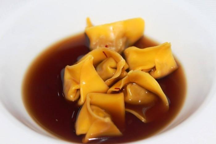 Osteria Arbustico, raviolini di cipolla caramellata in brodo di bucce di patate bruciate e infusione di porcini secchi