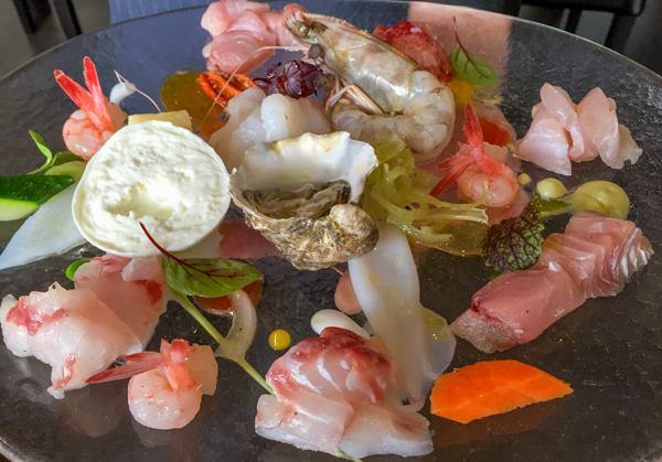 Palazzo Petrucci, astice, gamberi rossi di Sicilia, mazzancolle, rana pescatrice, ricciola, gallinella di mare, corvina, ostrica, calamaretti, seppia