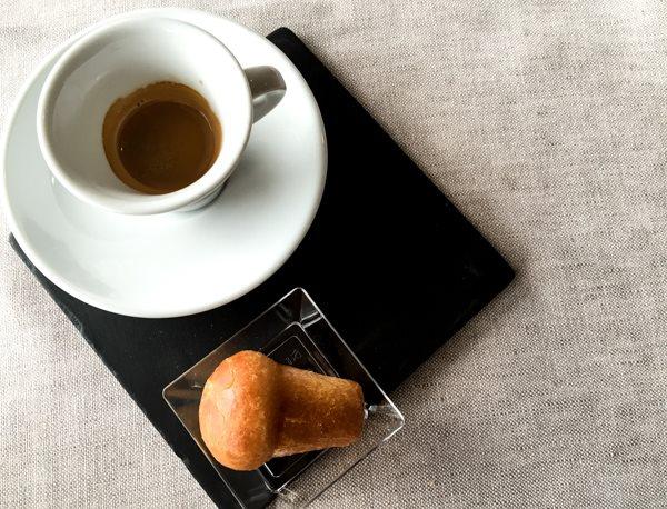 Palazzo Petrucci, caffè e babà