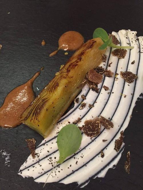 Piazzetta Milù, porro arrosto su yogurt di bufala, nocciola, tartufo nero