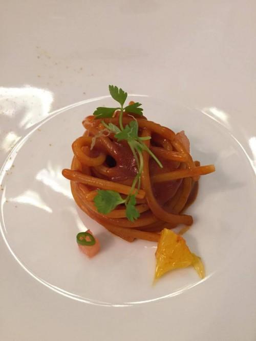 Piazzetta Milù, spaghetto al ragù di moscardino, arancia e japaleno
