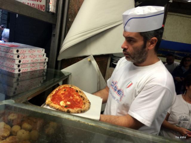 Pizzeria Di Matteo Via dei Tribunali. La Pizza a' libretta