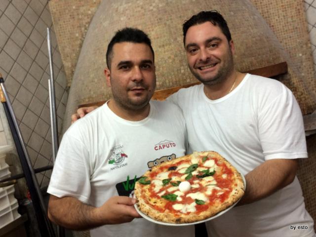Pizzeria I Decumani. A destra Ernesto Iorio il pizzaiuolo