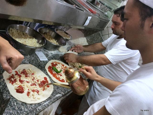Pizzeria I Decumani. Ernesto Iorio al bancone